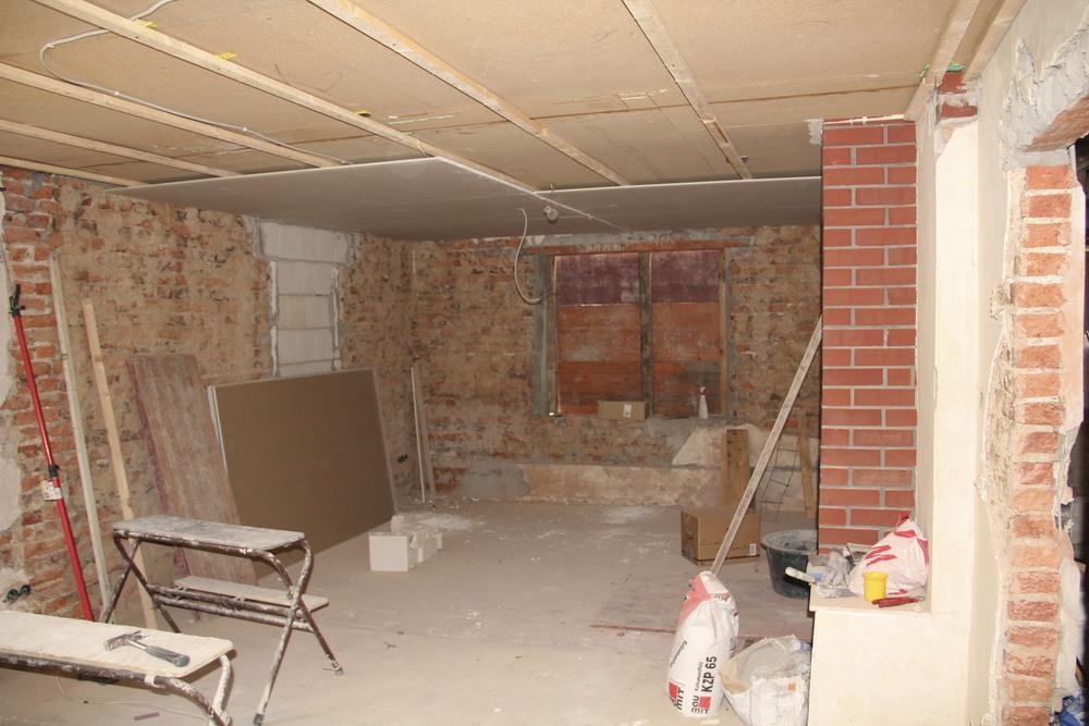 Wenn Sie dieses Bild erschreckt: Uns nicht. Inzwischen ist aus diesem Raum ein tolles, gemütliches Wohnzimmer mit Kamin geworden.