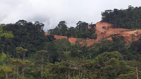 La empresa inició obras de infraestructura para la explotación minera, en esta foto se aprecia la apertura de carretera que conducirá al tajo de mina. Foto: CASCOMI