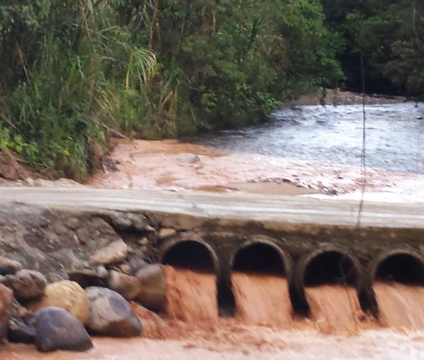 Puente construido para el paso de maquinaria pesada. Se aprecia la desviación del cauce que provoca inundaciones y la contaminación del agua. Foto: CASCOMI