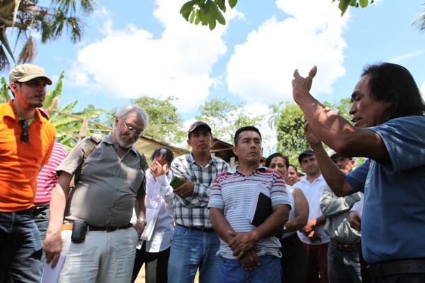 Domingo Ankuash, un líder shuar histórico discute con enviados extranjeros del gobierno nacional, que buscaban ser parte de la comisión investigador a que propuso un régimen. El pueblo shuar se negó