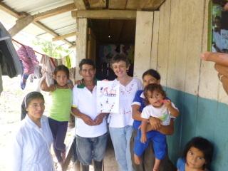 Familia desalojada que actualmente vive en una casita prestada en el valle del kim