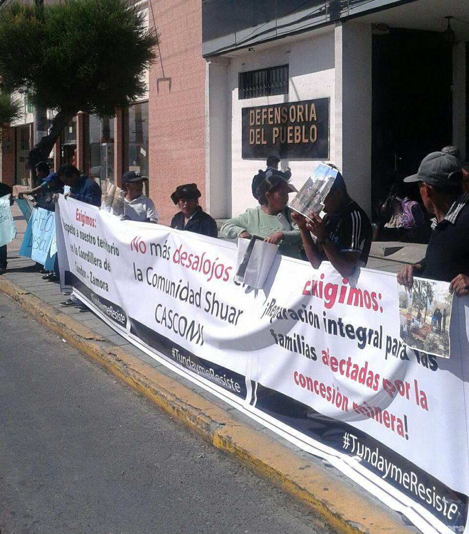 Personas del barrio de san marcos ( Zamora Chinchipe) en las afuera de la defendoría del pueblo