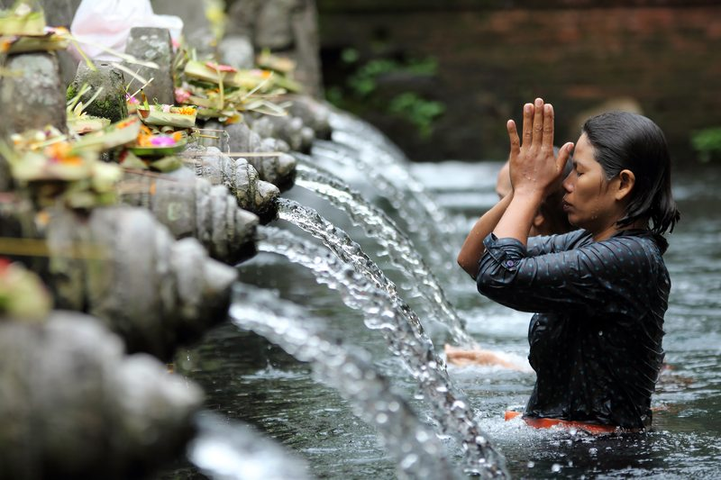 Ritual bathing at Puru Tirtha Empul Hindu temple