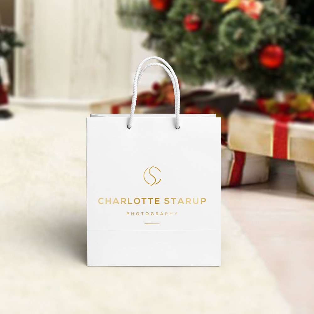 CHRISTMAS GIFT PACK - There is a possibility to gift the photoshoot to someone you love in a beautiful personalized Gift Bag including a Golden Voucher + Luxury USB key where the pre-paid digital photos will be loaded on.