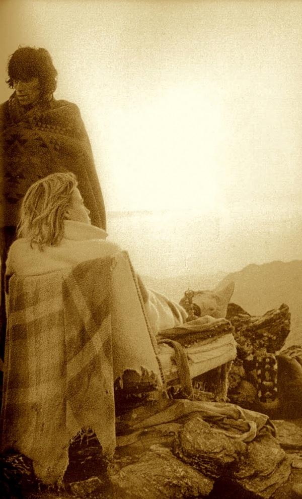 milkofthesun :      bornbeforethewind :      sweethotdrift :      naoppi :      rollingstoned :      KEITH RICHARDS et ANITA PALLENBERG - Michael Cooper  (Joshua Tree, 1969)    (Via  huanita )       1969 Desert Trippin, by Michael Cooper