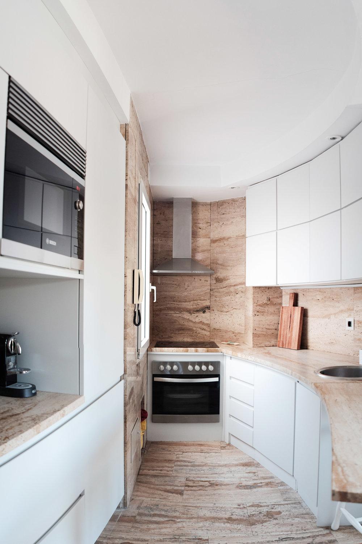 emmme studio reforma cocina curva blanca travertino 01.jpg