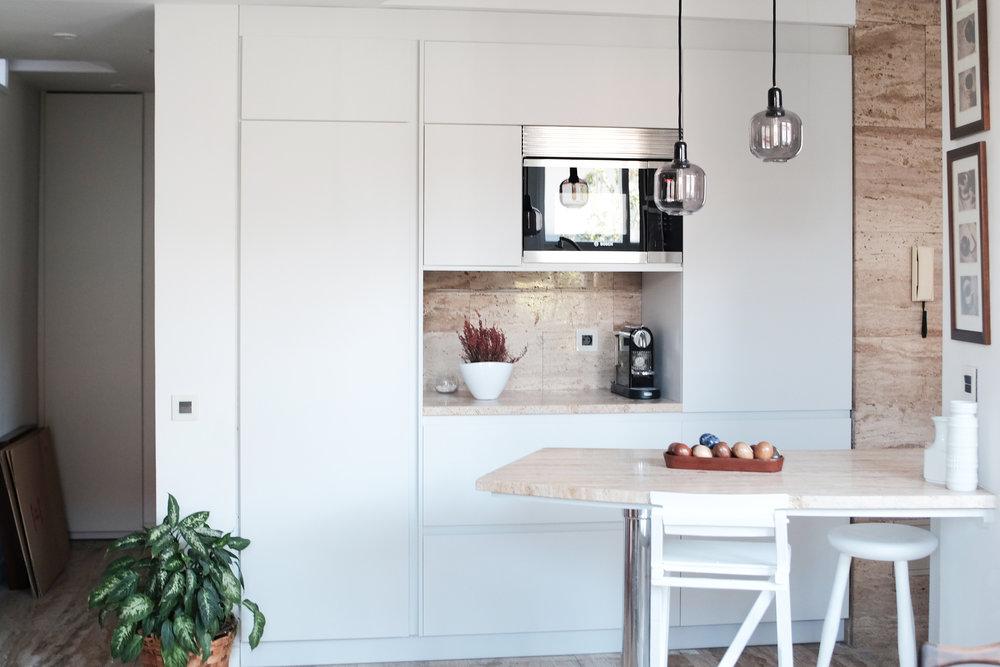 emmme studio reforma cocina curva blanca travertino frente alto.JPG