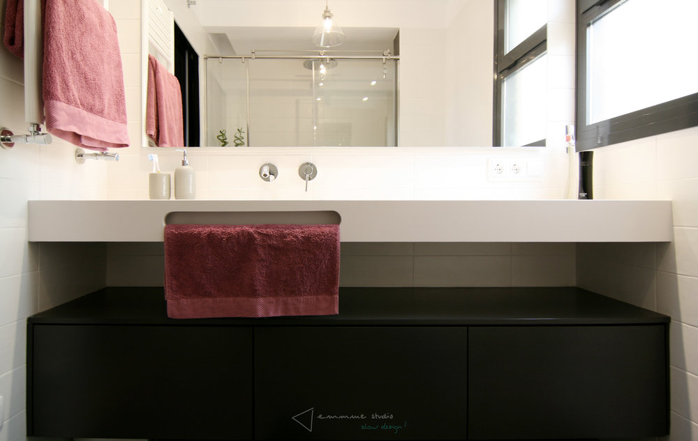 diseño reformas slow emmme studio - baño de Maria y Rober - lavabo blanco grande mueble gris.jpg