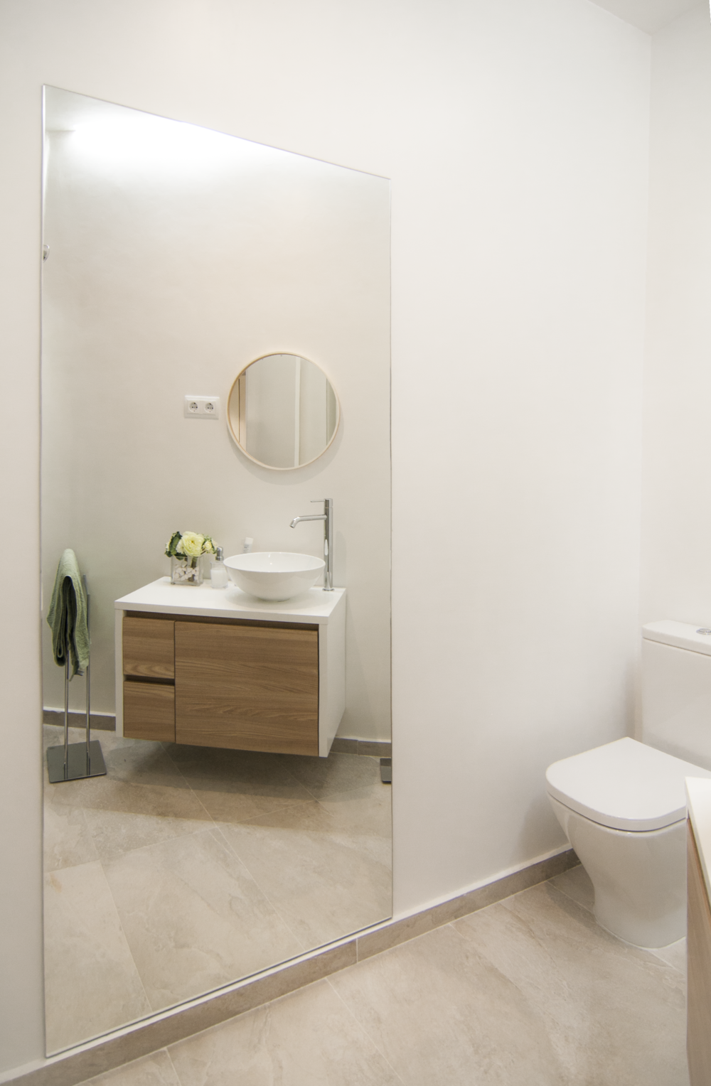 emmme studio_el nuevo baño de m y lola - espejo mueble baño inodoro.png