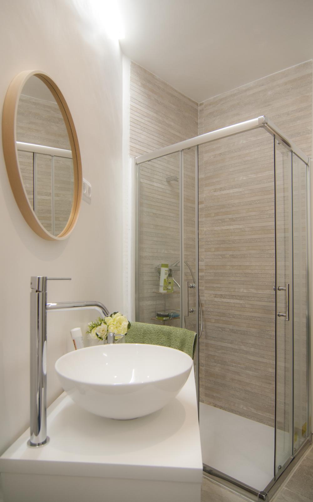 emmme studio_el nuevo baño de m y lola - lavabo y ducha.png