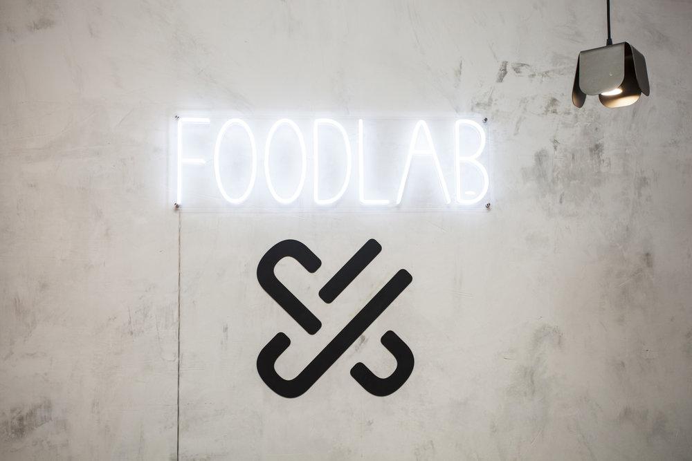 emmme studio restauracion Foodlab UrbanCampus detalle logo neon.jpg