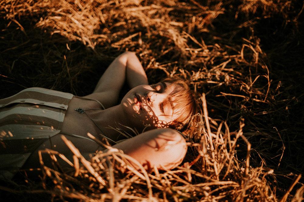 Girl Senior Photos | Field Photos | Photo Ideas for Grads | Cute Senior Photo Poses