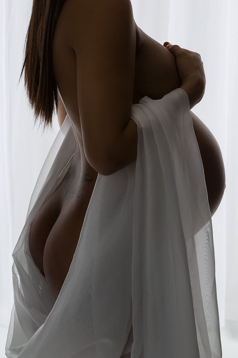 Intimate maternity boidour portrait _40A1867-C