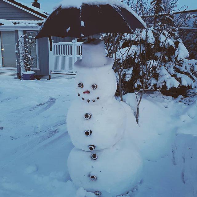 SE PAPPA! DET ER NABO SIN SNOWMAN. HAN ER STOR! KAN JEG HA DEN?  HA DET PÅ BADET, SNOWMAN! VI SES I MORGEN!