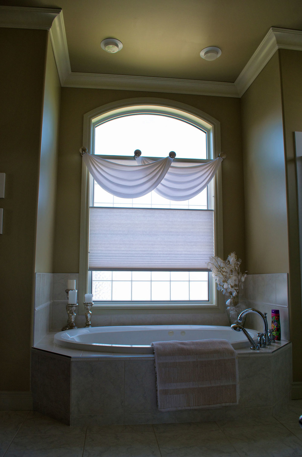 <p><strong></strong>Days Design Custom - Custom swag valances- Joanne Fabric Siam, colour White