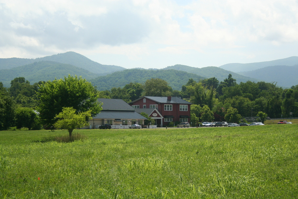 The Schoolhouse 9 finishes at the Headmaster's Pub and Sperryville Schoolhouse with the Blueridge Mountains looming behind