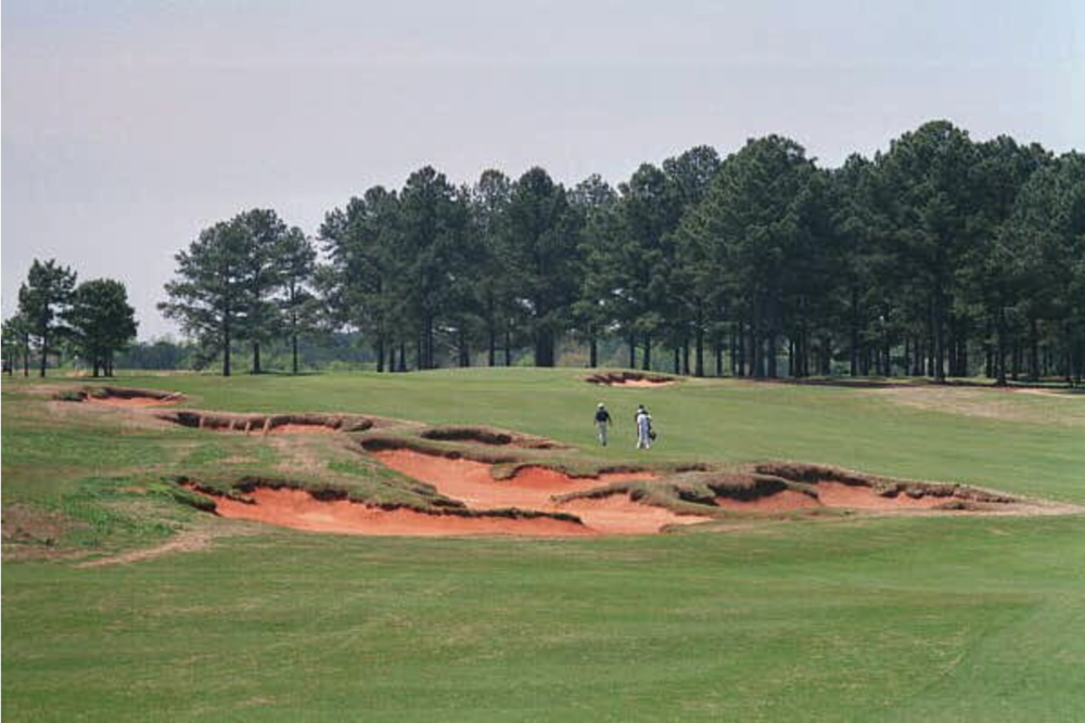 Simpson-like bunkering at Cuscowilla. Image from    golfclubatlas.com