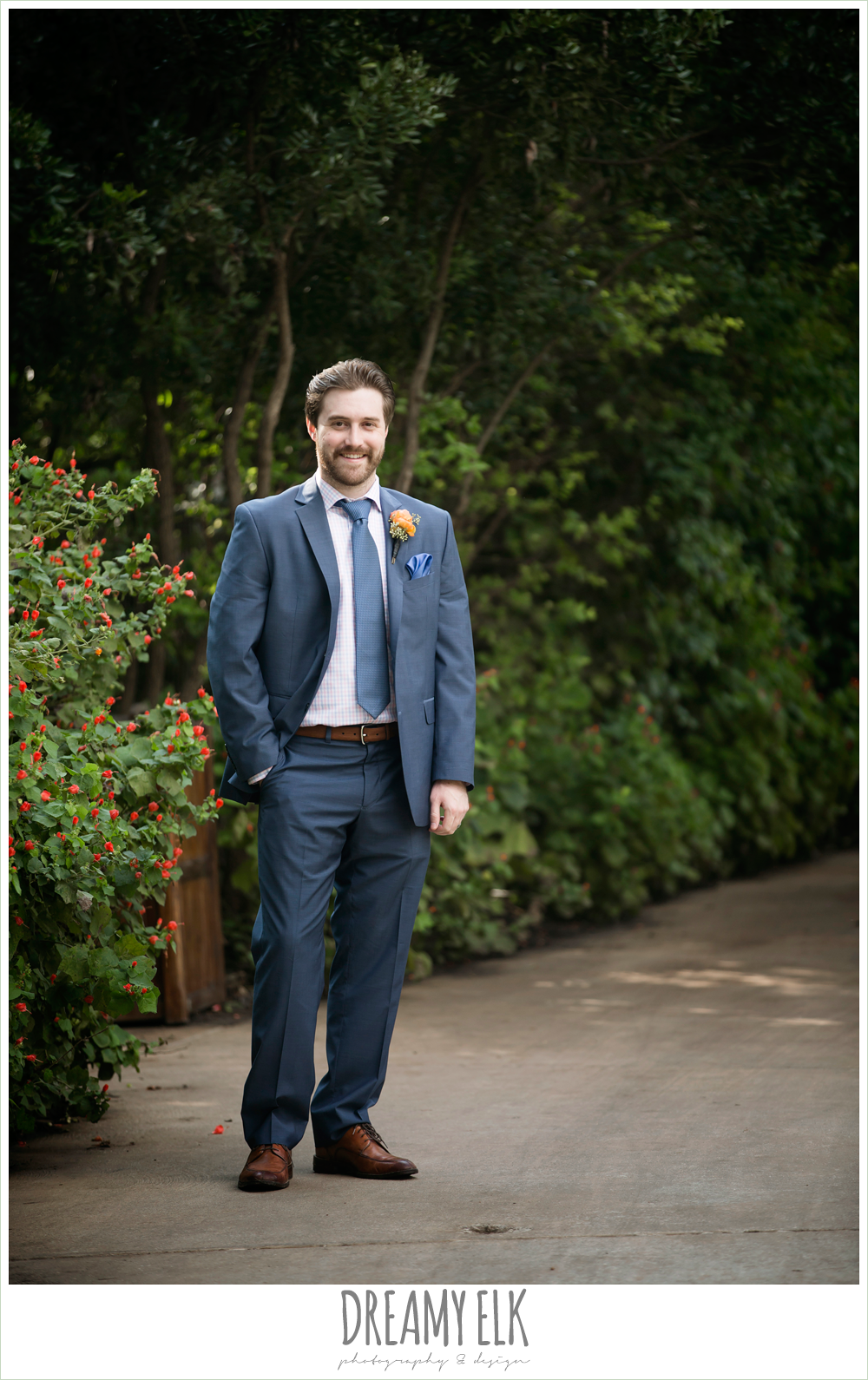 groom in men's wearhouse navy suit pink shirt and navy tie,