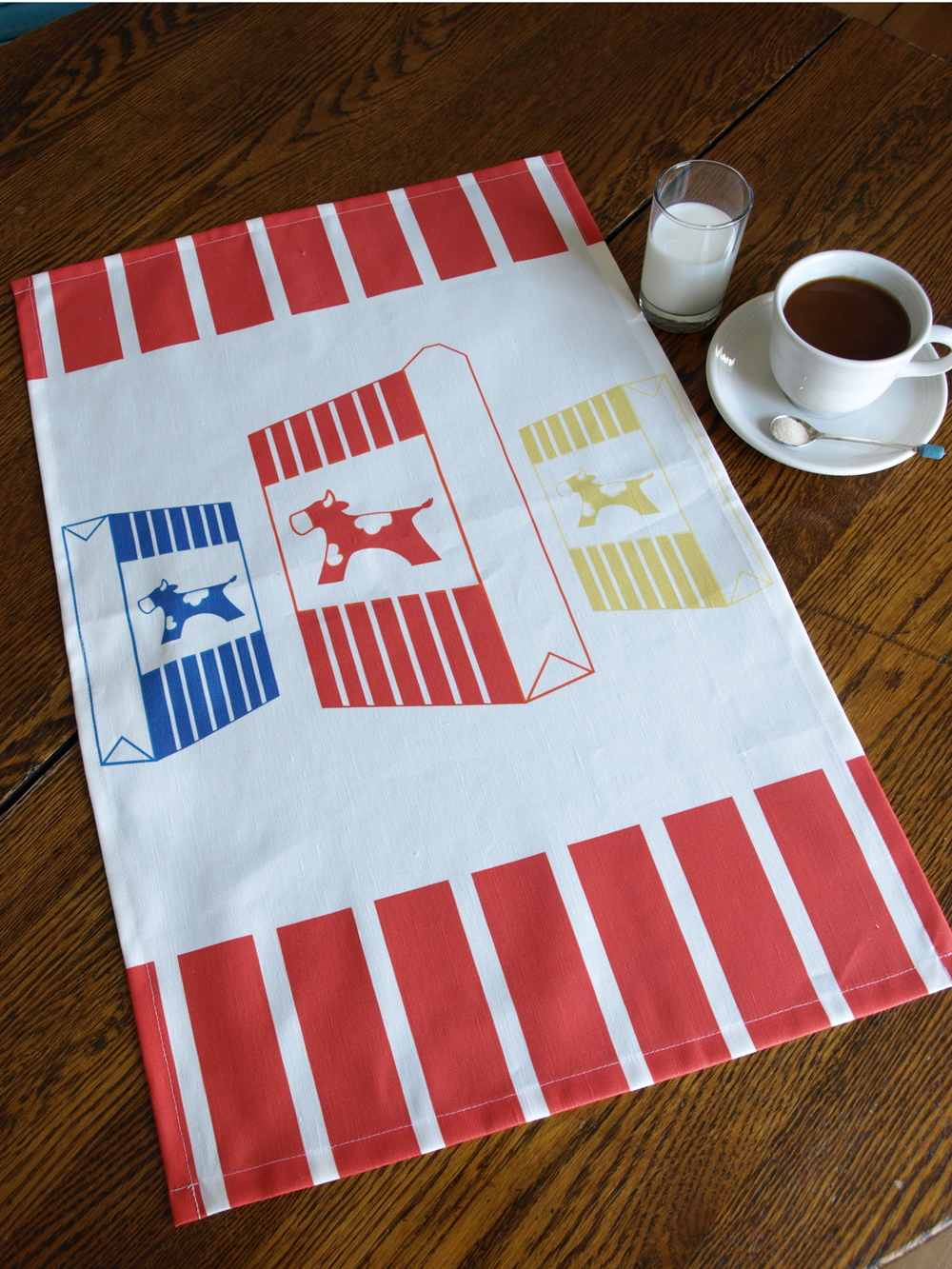One last new design for now. I've always loved the iconic Swedish milk packaging (the Arla milk cow); the colors and the design are fun and playful, so I designed this kitchen tea towel (Tetra Mjölk) to give it a bit more prominence in the kitchen.