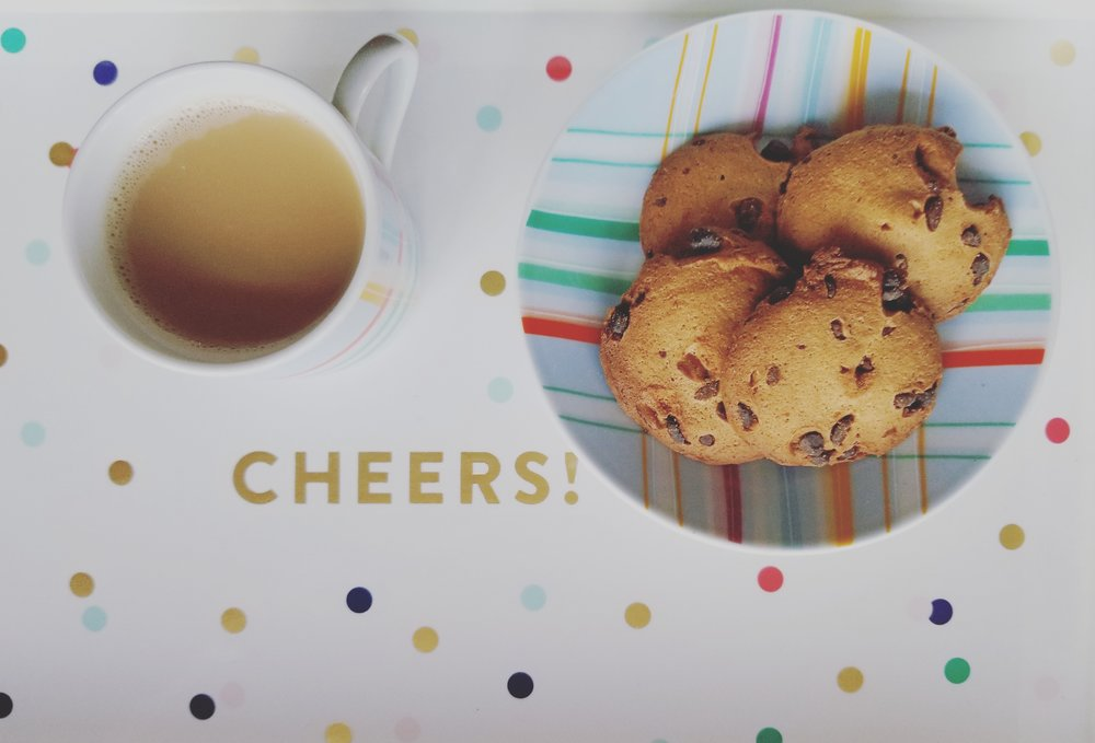 A cortadito on a cheers tray with delish chocolate chip cookies!
