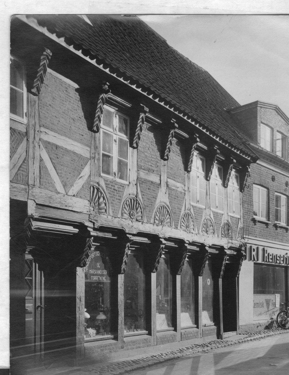 Tilbageblik - Før i tiden har vores smukke bygning i Sønderportsgade huset en hudplejeklinik og inden det en marskandiser og lædervarer. Hvad husker du, at der har ligget i Sønderportsgade 21B?Billede fra midten af 1960´erne