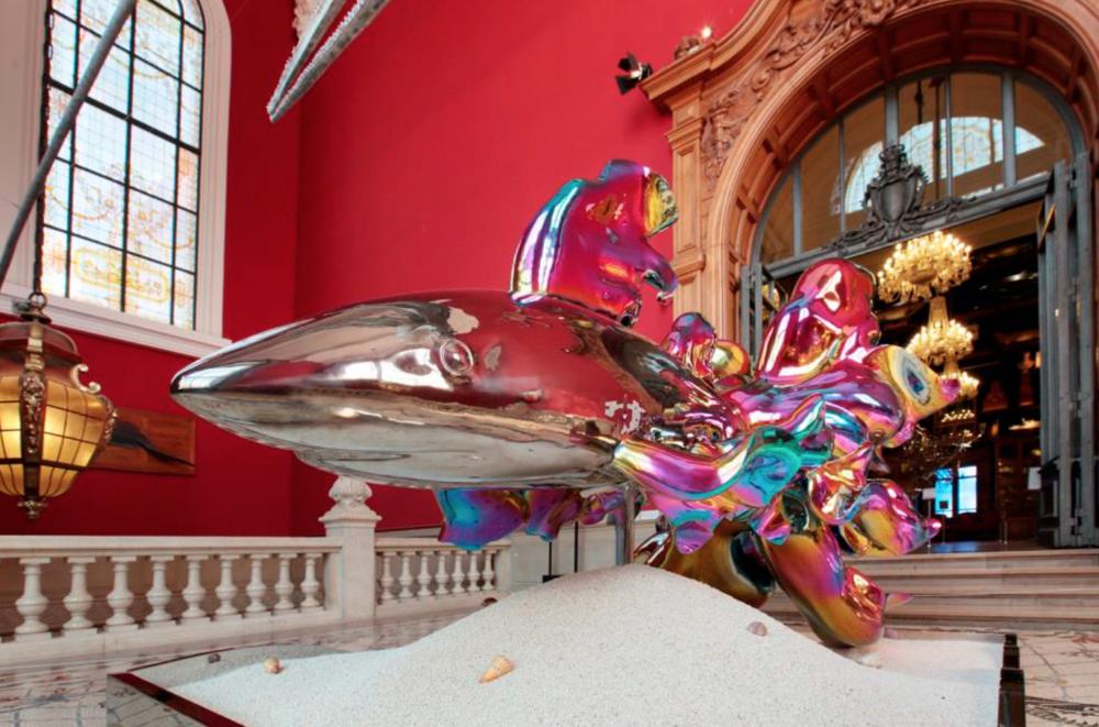 """Avantgardistische Kunst mit ernstem Hintergrund zeigt die Ausstellung""""On Sharks & Humanity"""" im Ozeanographischen Museum in Monaco"""