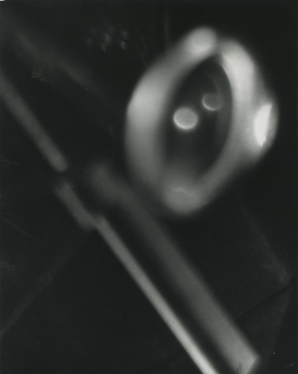Kanbei Hanaya, Revolving, 1930, Silbergelatineabzug, 25,2 x 20,2 cm, © Kanbei Hanaya