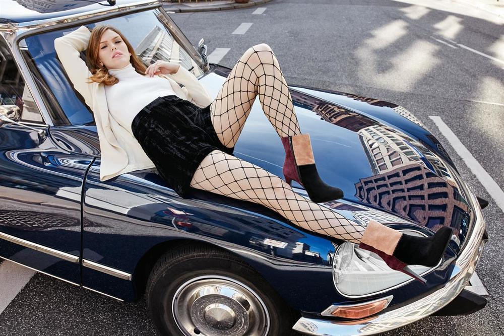 """© Wolfgang Zac Fashion Insider: """"Grobmaschige Netzstrümpfe oder extravagante Spitzenmuster als perfektes Style-Duo!"""""""