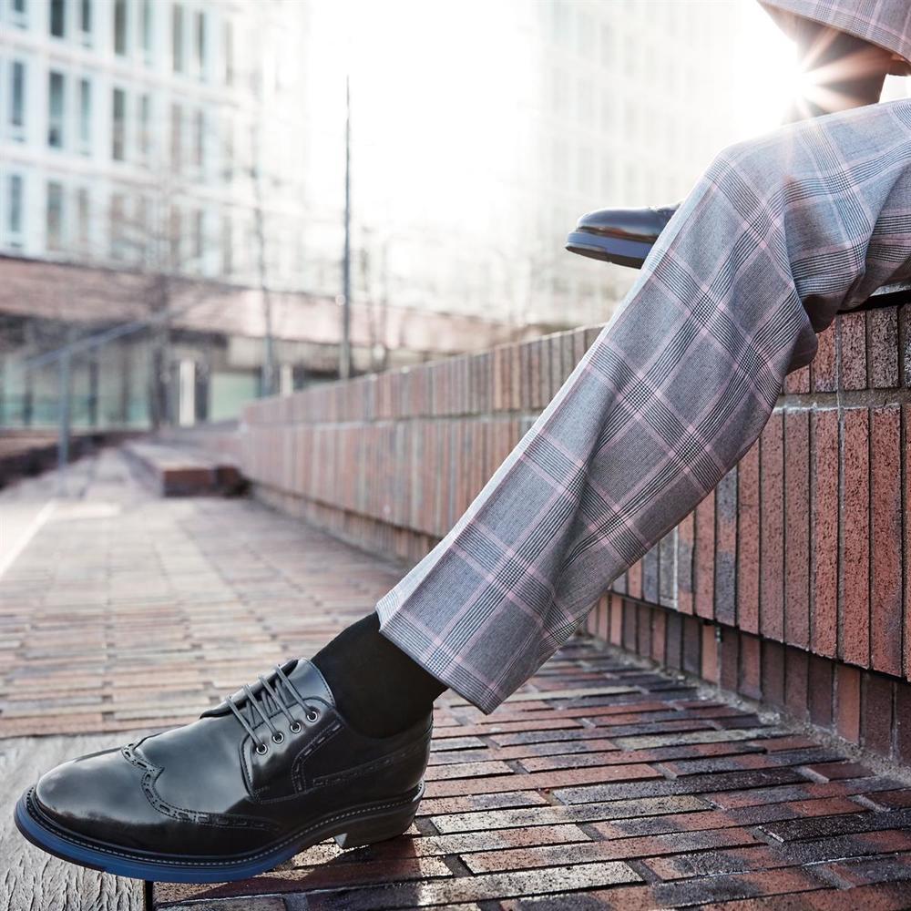 """© Wolfgang Zac """"Der Schuh soll gelten, denn Details, wie farbige Sohlen, Lochprägungen oder attraktive Ziernähte, mag Man(n) eben!"""""""