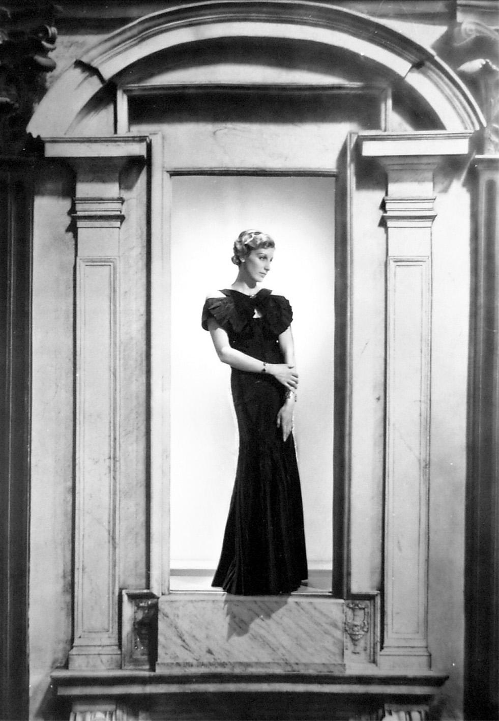 George Hoyningen-Huené, 1900 – 1968 Woman in Portico, Cahnel Fashion Ca. 1935 silver gelatin print Inv.-No.001383 House of Photography / F.C. Gundlach Collection, Hamburg  © Estate George Hoyningen-Huené