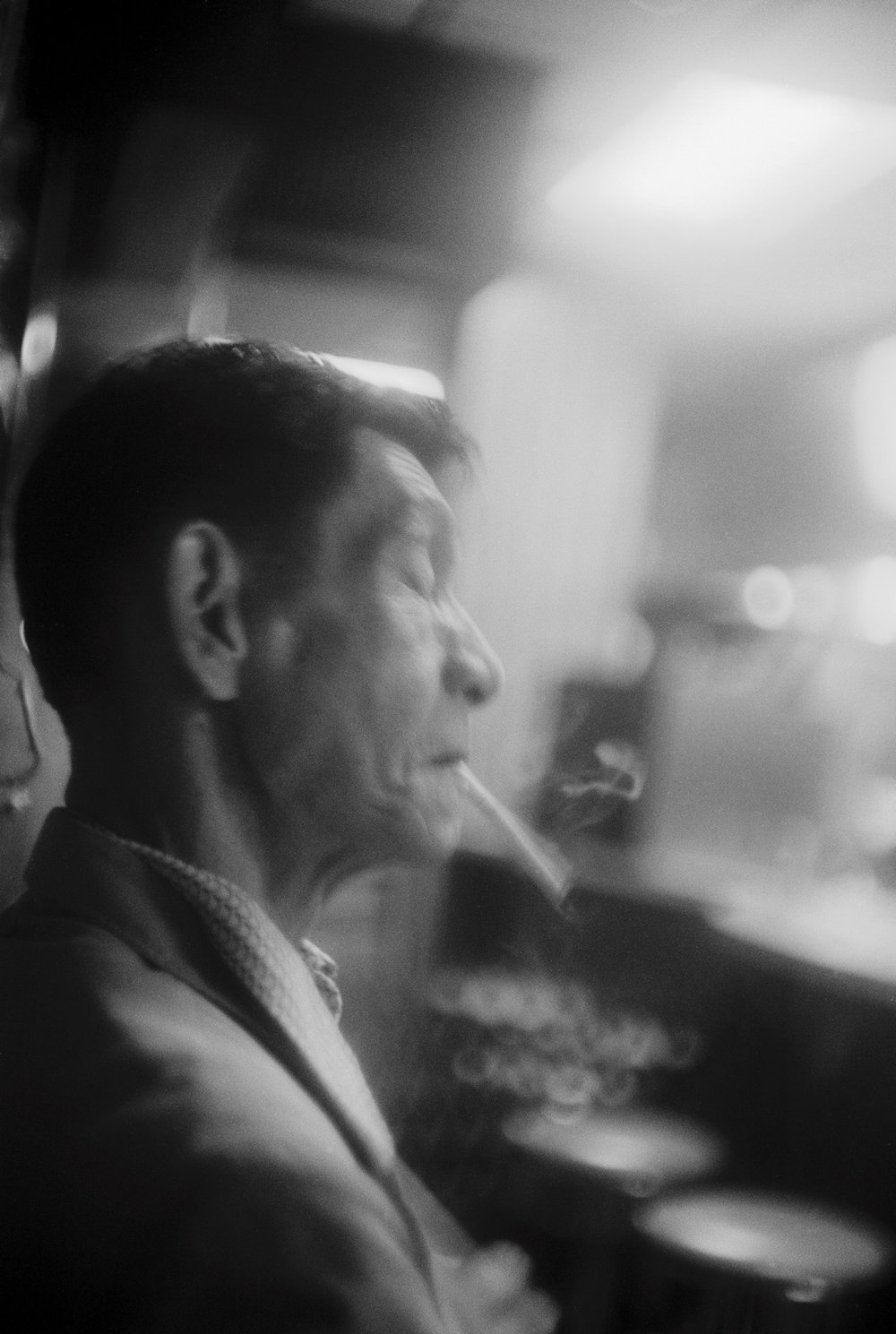 Starker Raucher, in einer Nacht-Bar in Brooklyn, New York 1990 Smoker, at a night-bar in Brooklyn, New York 1990, © Jörg Rubbert