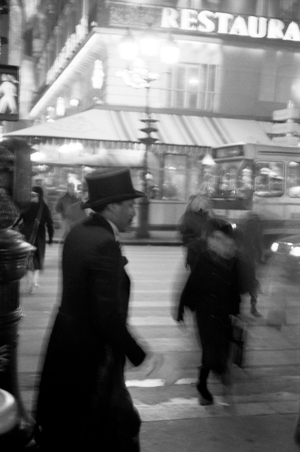 Mann mit Hut, Place de l' Opéra, Paris 1989 Man with hat, Place de l' Opéra, Paris 1989, © Jörg Rubbert