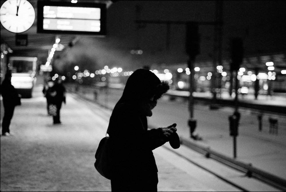 """Kurz nach Mitternacht"" – Szene am Bahnhof Lichtenberg, Berlin 2010 ""Shortly after midnight"" – Scene at the Lichtenberg Station, Berlin 2010 © Jörg Rubbert"