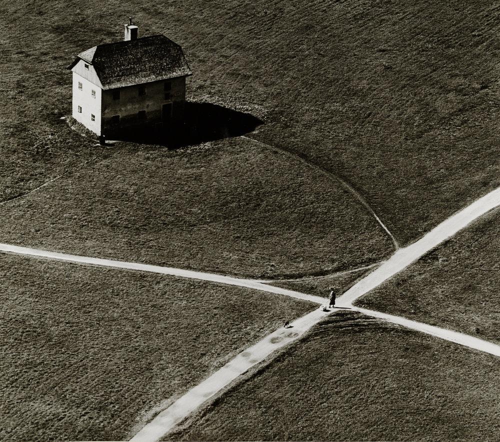 Toni Schneiders (1920-2006), Haus am Kreuzweg, Salzburg, Österreich, April 1057, Silbergelatineabzug, 40,7 x 31 cm, © Ulrike Schneiders