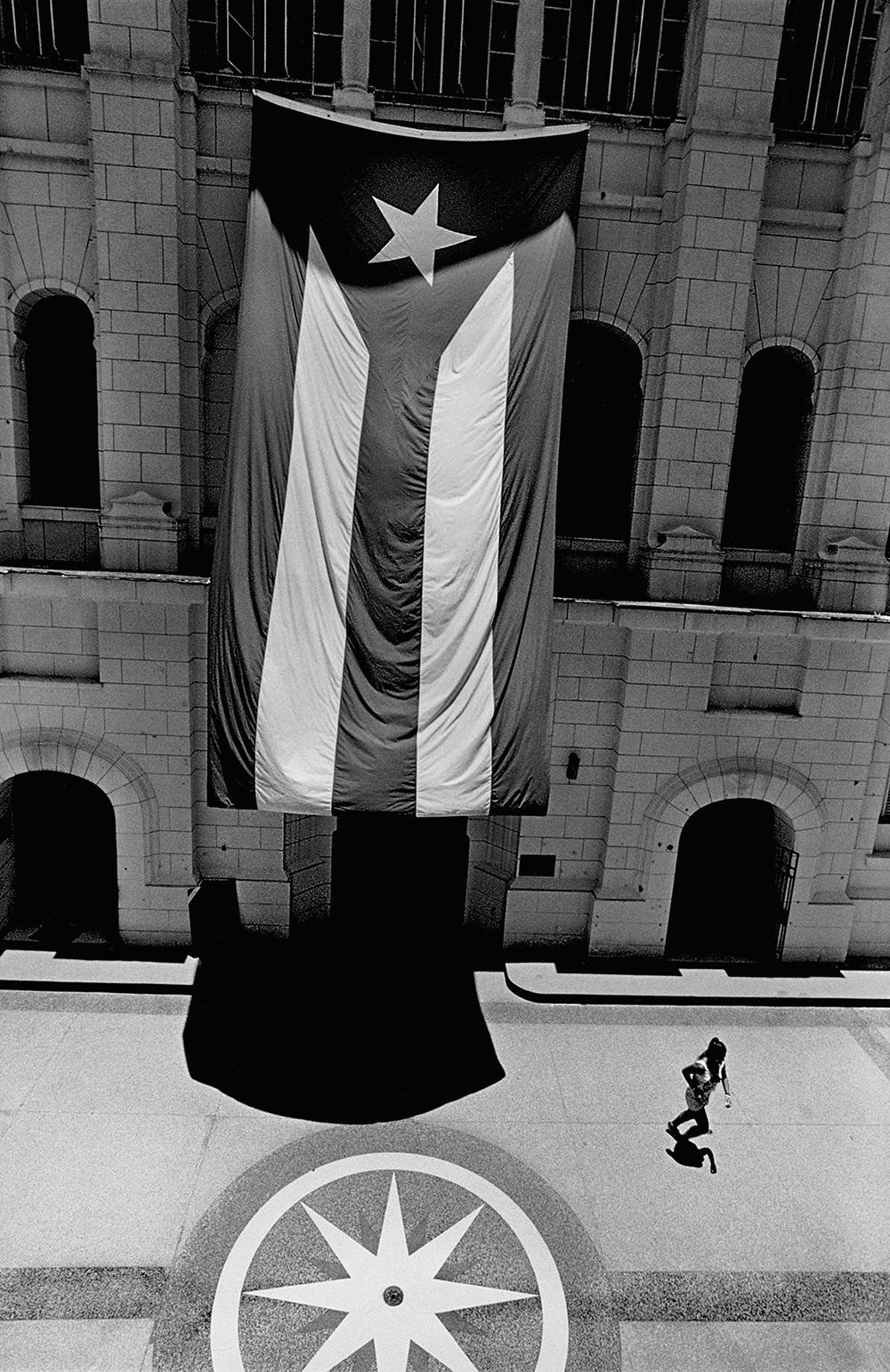 Museo de la Revolución, Havana, 2015  Photo © 2017 Elliott Erwitt/Magnum Photos.All rights reserved