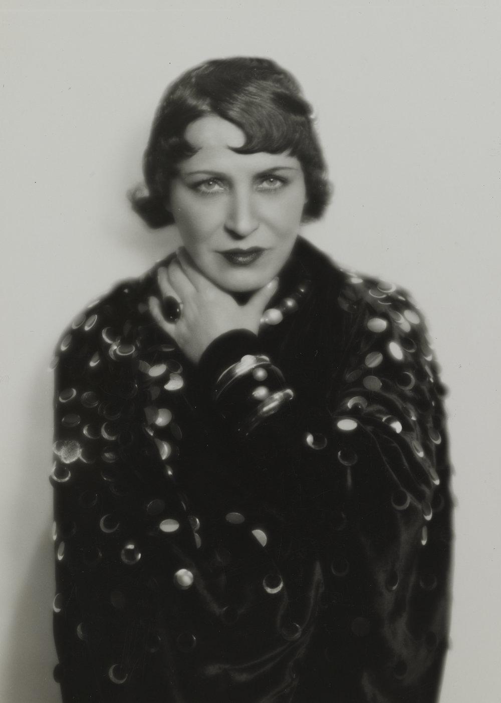 Madame d'Ora, Chansonette Damia, 1930, Silbergelatineabzug, 24,3 x 17,1 cm © Nachlass d'Ora/Museum für Kunst und Gewerbe Hamburg