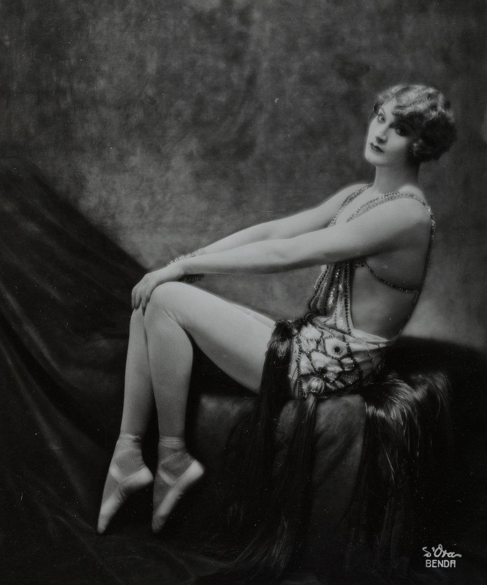 """Atelier d'Ora, Der Variété- und Trapezkünstler """"Barbette"""", 1926, Silbergelatineabzug, 19,8 x 16,6 cm, © Nachlass d'Ora/Museum für Kunst und Gewerbe Hamburg"""
