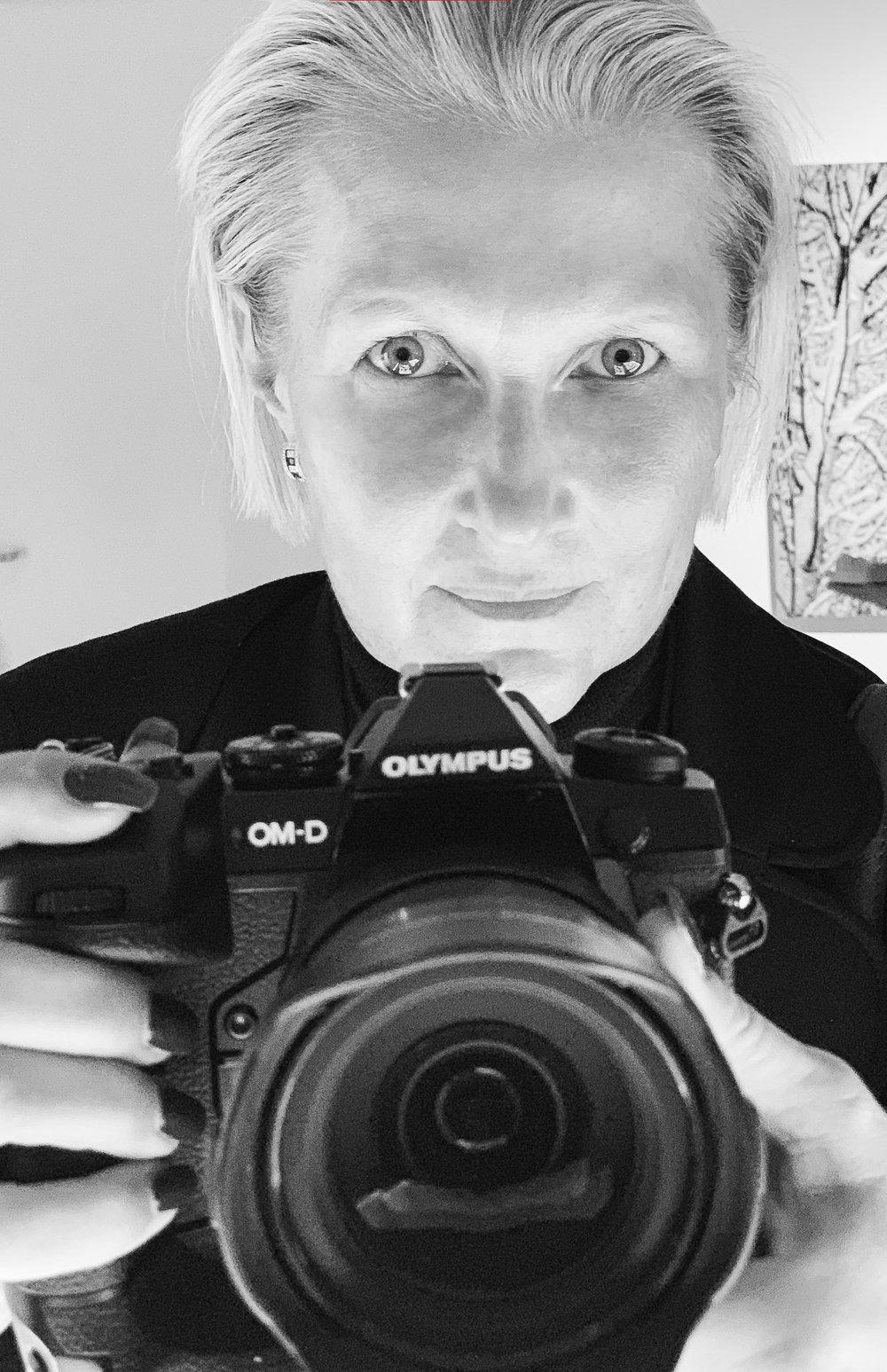 FORTOCULT Herausgeberin Nadja Gusenbauer mit der der neuen OLYMPUS OM-D E-M1X
