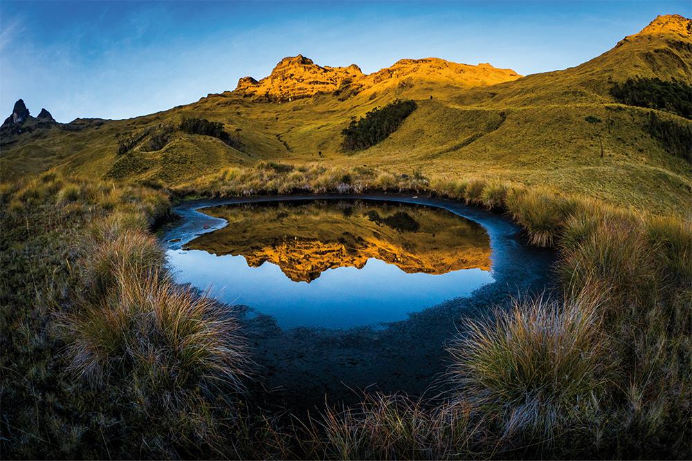 Traumhafte Spiegelung am Vulkan Mount Giluwe in Papua-Neuguinea  Photo © Adrian Rohnfelder. Alle Rechte vorbehalten.