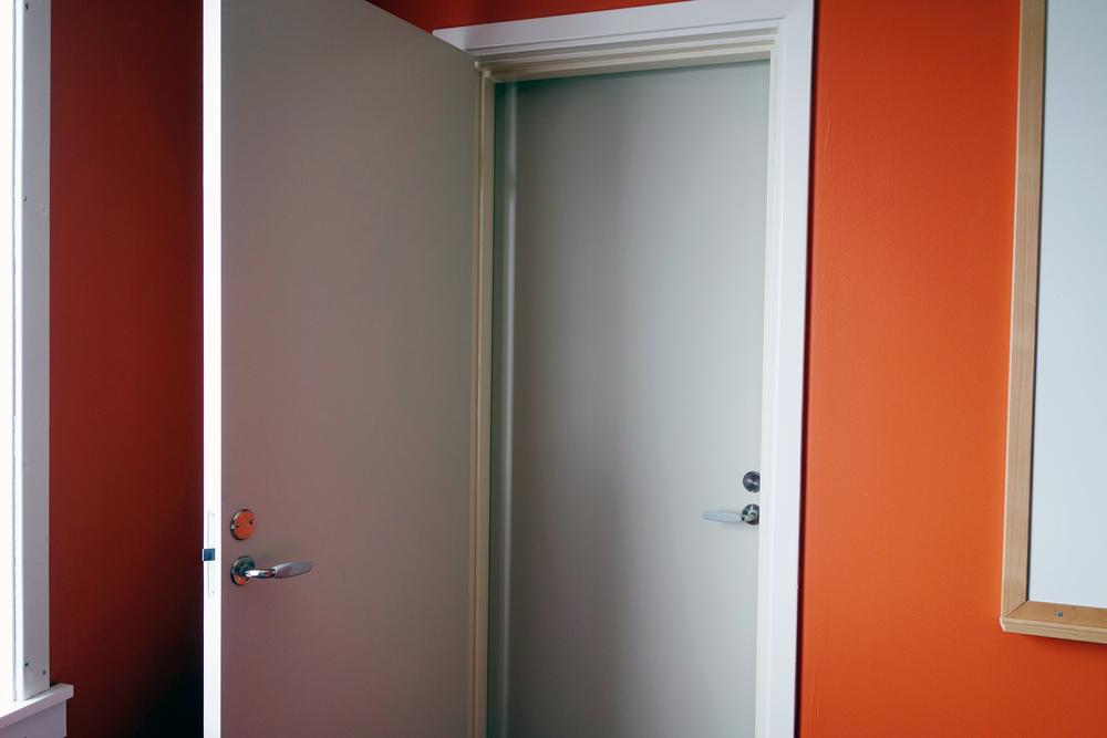 Depressing door(s)