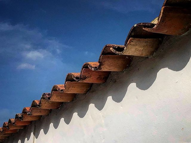 Split  Awesome architecture in Villa De Leyva, Colombia. Fun trip with @mijitapo  #villadeleyva #colombia #southamerica #outdoors #blue #sky #roof #hoshtag
