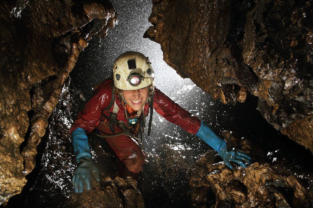 Eksploracja jaskiń w dżungli Meksyku - Sistema Cheve - Jak się znajduje jaskinię, która ma ponad 1000 metrów głębokości? Czy trudno pokonać jej wąskie partie, pionowe studnie, labirynty korytarzy? Czy da się dotrzeć do jej dna? Jak ją zbadać, zmierzyć, udokumentować? Co zrobić, gdy drogę przetnie podziemna rzeka albo na końcu jest syfon? Jak zorganizować działanie pod ziemią dużego zespołu? I co w ogóle ciągnie speleologów do jaskiń?Kasia Biernacka uczestniczy od 18 lat w projekcie eksploracji Sistema Cheve w południowym Meksyku. Międzynarodowa ekipa grotołazów próbuje połączyć jaskinie tego rejonu w system, potencjalnie jeden z najgłębszych na świecie.Zamów spotkanie - kontakt.