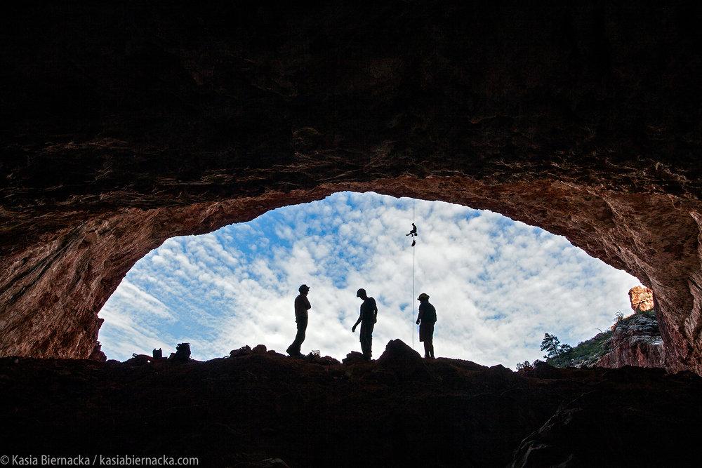 W 80 jaskiń dookoła świata - Która jaskinia jest uznawana za najpiękniejszą na świecie? Co to są gipsowe kwiaty, jak wyglądają hawajskie tuby lawowe i jak się dostać na dno stumetrowej studni krasowej w środku dżungli? Na czym polega eksploracja jaskiń i dlaczego niektóre systemy bada się od ponad 50 lat? Jak się czuje speleolog po spędzeniu tygodnia pod ziemią?Grotołaz i fotograf Kasia Biernacka opowiada o swojej pasji, która w ciągu 18 lat zaprowadziła ją do jaskiń na różnych krańcach naszej planety.Zapytaj o szczegóły, zamów spotkanie - kontakt.
