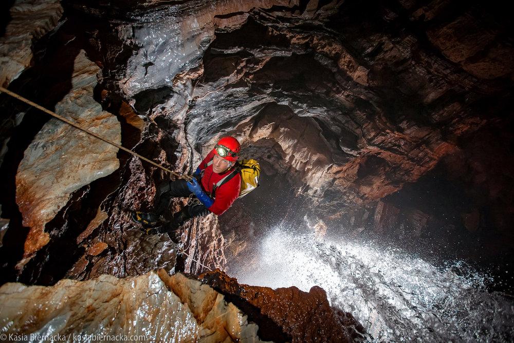 Najgłębsza jaskinia zachodniej półkuli - Sistema Huautla - Sistema Huautla (-1545 m) to obecnie najgłębsza jaskinia Meksyku i jednocześnie całej zachodniej półkuli. Jej eksploracja trwa od ponad 50 lat i mimo że długość jej korytarzy przekracza 75km, nadal pozostaje w niej wiele do odkrycia. Huautla leży w górach Sierra Mazateca, które w latach 60. XX wieku zostały odkryte dla świata przez amerykańskich naukowców i hipisów, poszukujących halucynogennych grzybków. Historia Mazateków, grzybków i jaskiń rozwija się, jest w niej kilka polskich akcentów.Zamów spotkanie - kontakt.