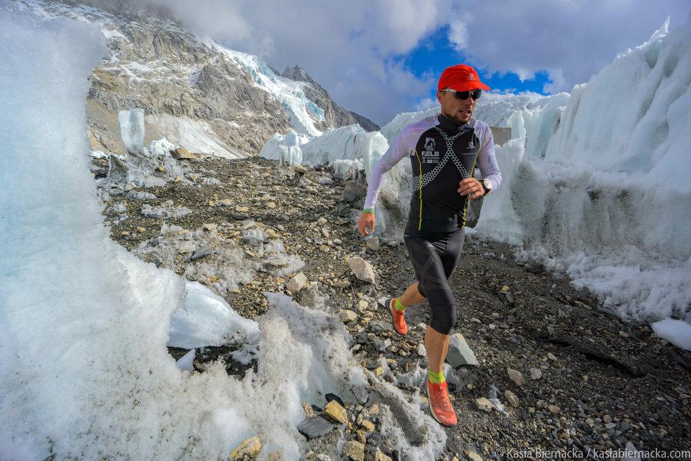 Everest Marathon z perspektywy fotografa - Odbywa się co roku 29 maja, w rocznicę zdobycia szczytu przez Hillary'ego i Tenzinga. Startuje z bazy po stronie nepalskiej, na wysokości 5350 metrów i jest najwyżej położonych biegiem górskim na świecie. W 2017 roku Kasia Biernacka fotografowała przygotowania do maratonu, podejście słynnym Everest Basecamp Trek oraz start Piotra Hercoga, który wygrał wtedy w klasyfikacji międzynarodowej. Przepiękna sceneria, spory wysiłek fizyczny, ale też niełatwa logistyka pracy fotografa na trasie biegu, który prowadzi 42-kilometrową, wąską górską ścieżką.Zamów spotkanie - kontakt.
