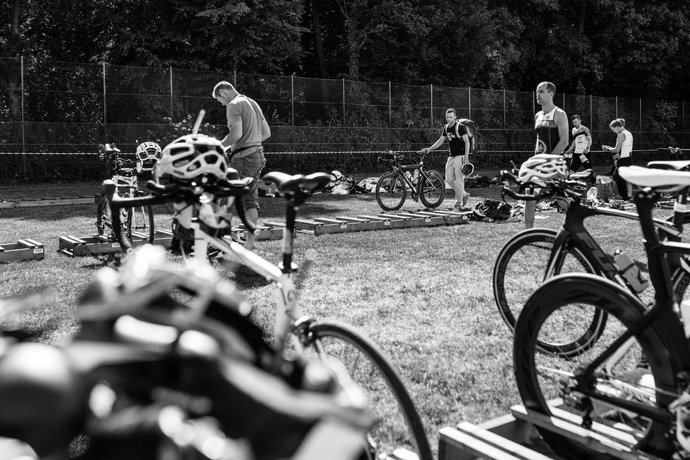 We are Triathlon   In der Wechselzone entledigt sich Christian seines Neoprenanzugs und springt auf das Rad. Jeder Starter hat seine eigene Box, in der er sich seine Ausrüstung zurechtlegen kann.