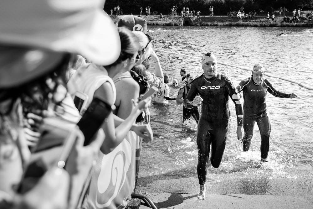 We are Triathlon   Auf dem Weg und in der Wechselzone kann kostbare Zeit gut gemacht werden. Im Kopf wird der fest eingespielte Ablaufplan durchgegangen. Jeder Handgriff muss sitzen.