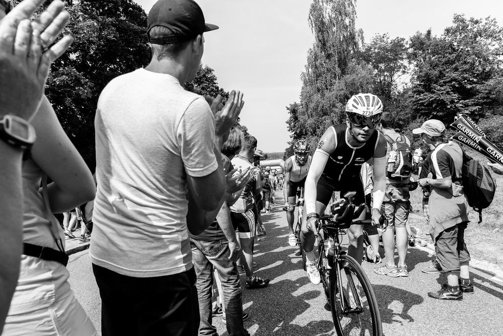 We are Triathlon   Genau 180 Kilometer müssen die Athleten auf dem Rad zurücklegen.  Für die Besucher und Bewohner von Roth ist die Challenge das Highlight des Jahres. Über mehrere Stunden feuern sie die Triathleten in der prallen Mittagssonne an.