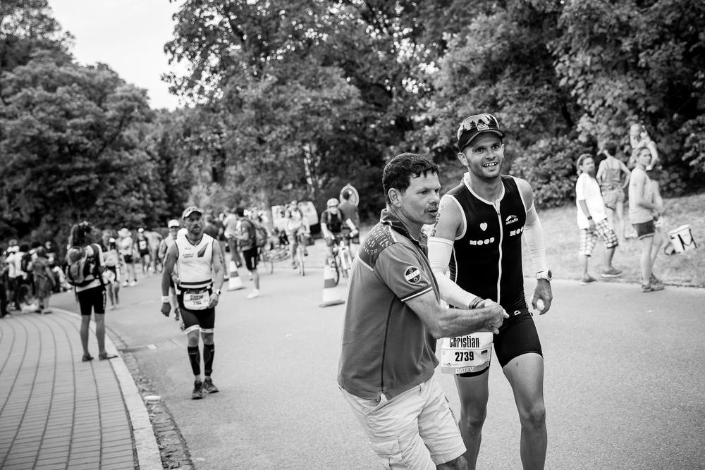We are Triathlon   Wenige Kilometer bis zum Zieleinlauf. Christians Vater unterstützt seinen Sohn auf den letzten Metern.