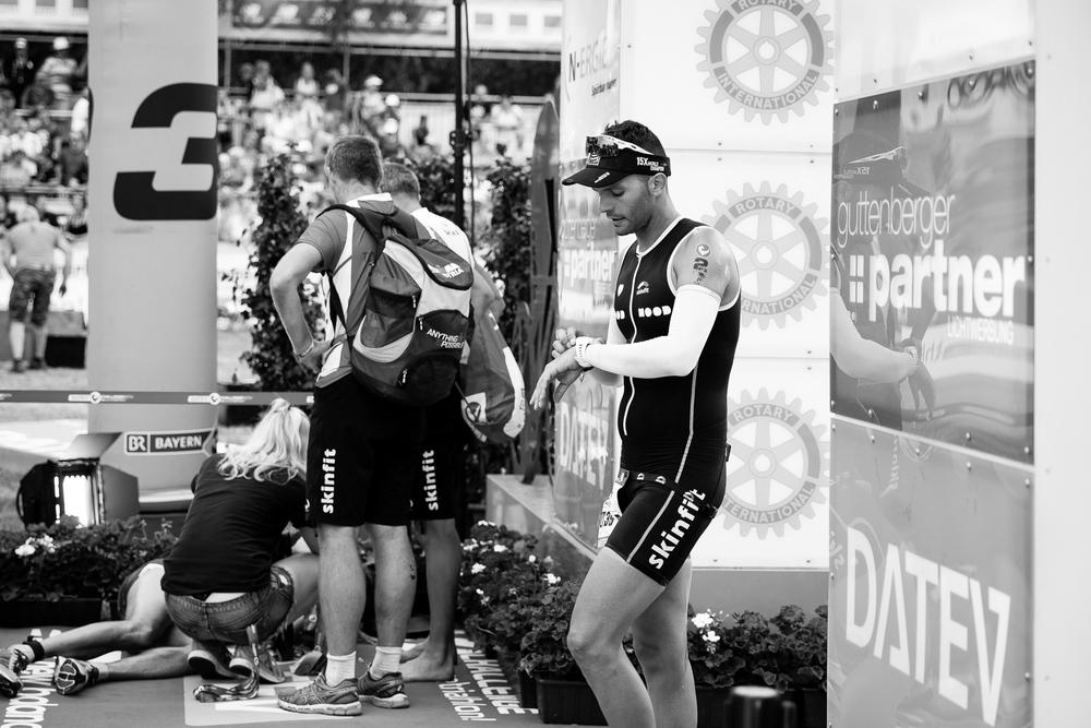 We are Triathlon   Die einjährige Vorbereitung hat sich bezahlt gemacht. Müde aber wohl auf durchquert er nach etwas über elf Stunden die Ziellinie.